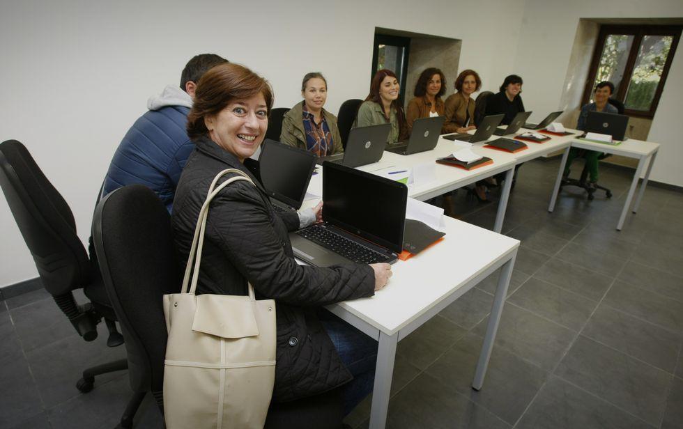 Parte de los 19 alumnos que empezaron las clases en el nuevo obradoiro de emprego.