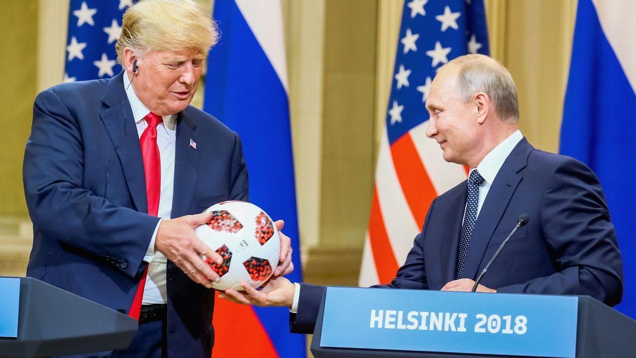 La cumbre de Trump y Putin en Helsinki, en imágenes.Cohen, con corbata azul, era el abogado de confianza de Trump