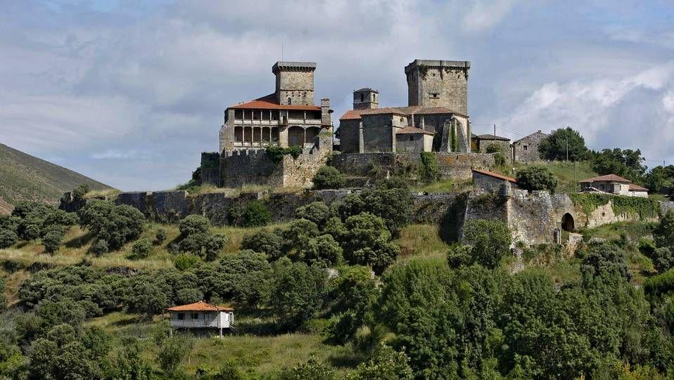 El castillo de Monterrei, vigilante desde las alturas del valle de Verín, es uno de los mejor conservados y más imponentes de la geografía gallega. Es además un recinto amurallado que cuenta en su interior con una pequeña ciudad medieval que conserva aún muchos de sus edificios principales.