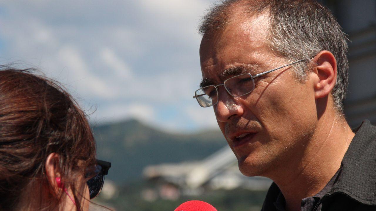 El bombero Emanuele Gissi responde a preguntas de periodistas tras el derrumbe