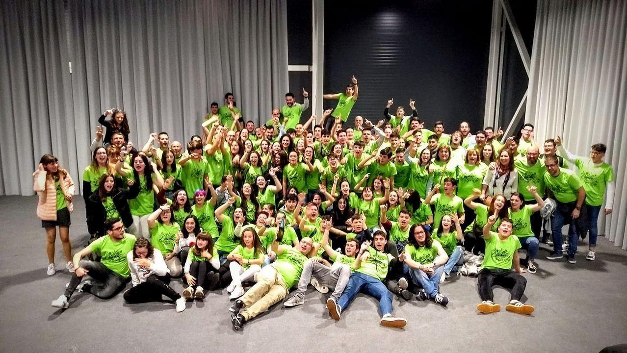 Los jóvenes diseñadores premiados en la Mostra do Encaixe de Camariñsa.Lázaro Ros, director general de Volotea