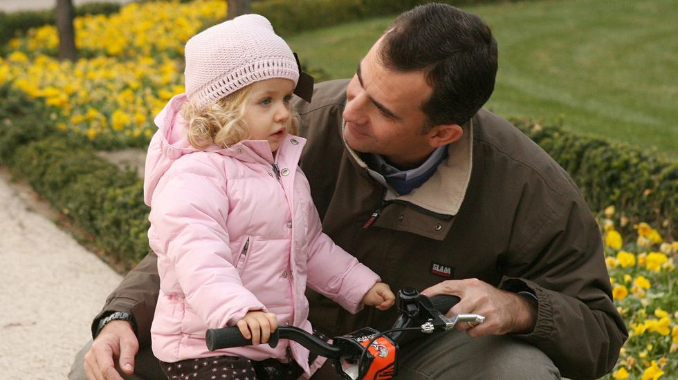 Con el rey Felipe montado en bicicleta cuando tenía tres años.