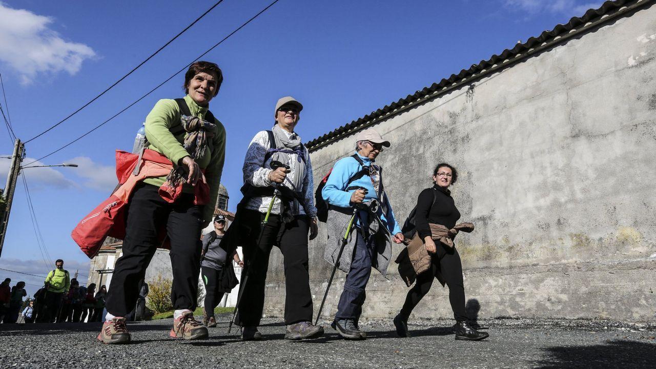 ¡Ya está aquí el álbum de fotos del choque Paiosaco-Porriño!.Una joven pareja paseando con su bebé por un parque de Vigo