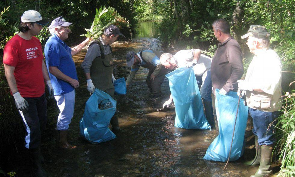Los pescadores (en la imagen, en la limpieza del 2014) esperan no encontrar grandes enseres.