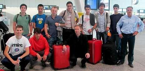 La expedición del colegio mayor La Estila, al salir de Santiago para un trabajo solidario en Uganda.