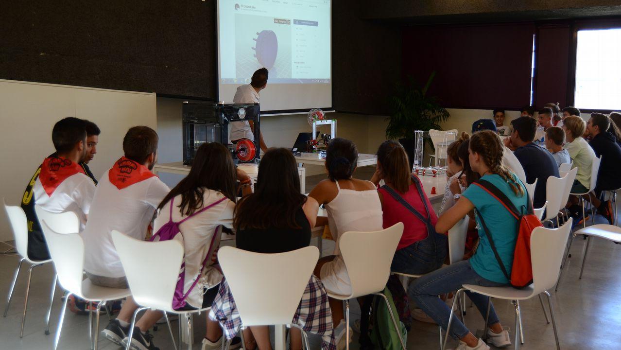 Los niños de 13 años hacen una actividad de cultura de innovaciñon
