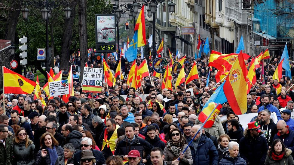 Miles de policías y guardias civiles procedentes de toda Asturias, Galicia y Castilla y León, principalmente, se han manifestado hoy por el centro de Oviedo