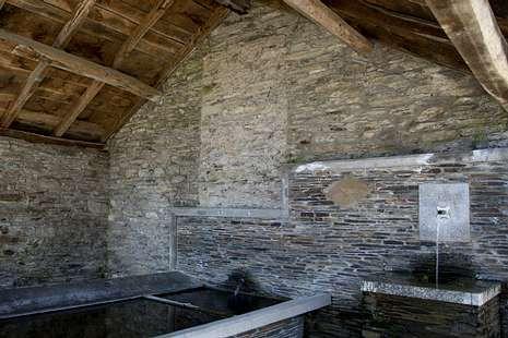 El primer día de clase en Educación Secundaria en Galicia.<span lang= es-es >La placa estaba en un lavadero</span>. Arriba, el lavadero en el que se ubicaba la placa. En la pared se aprecia el lugar exacto en el que estaba colgada. Abajo, la pieza que rompió Cliff Torrents.