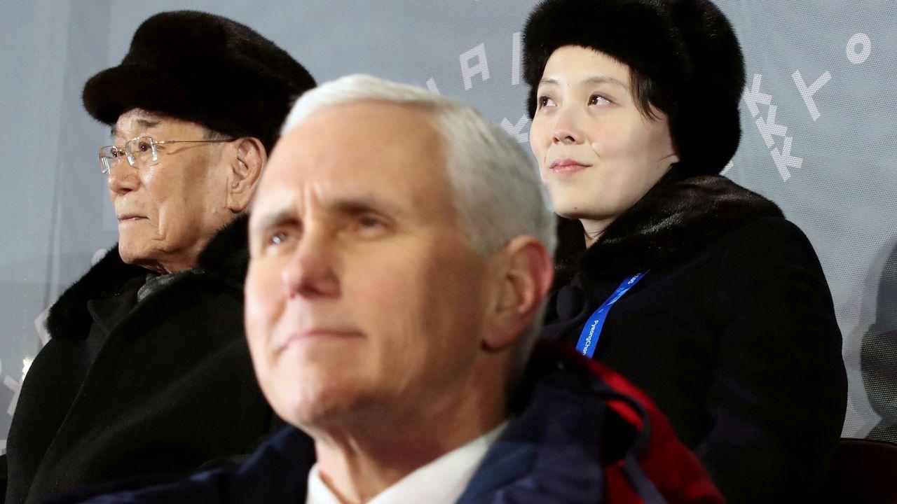 .Mike Pence y en segundo plano Kim Yo-jong