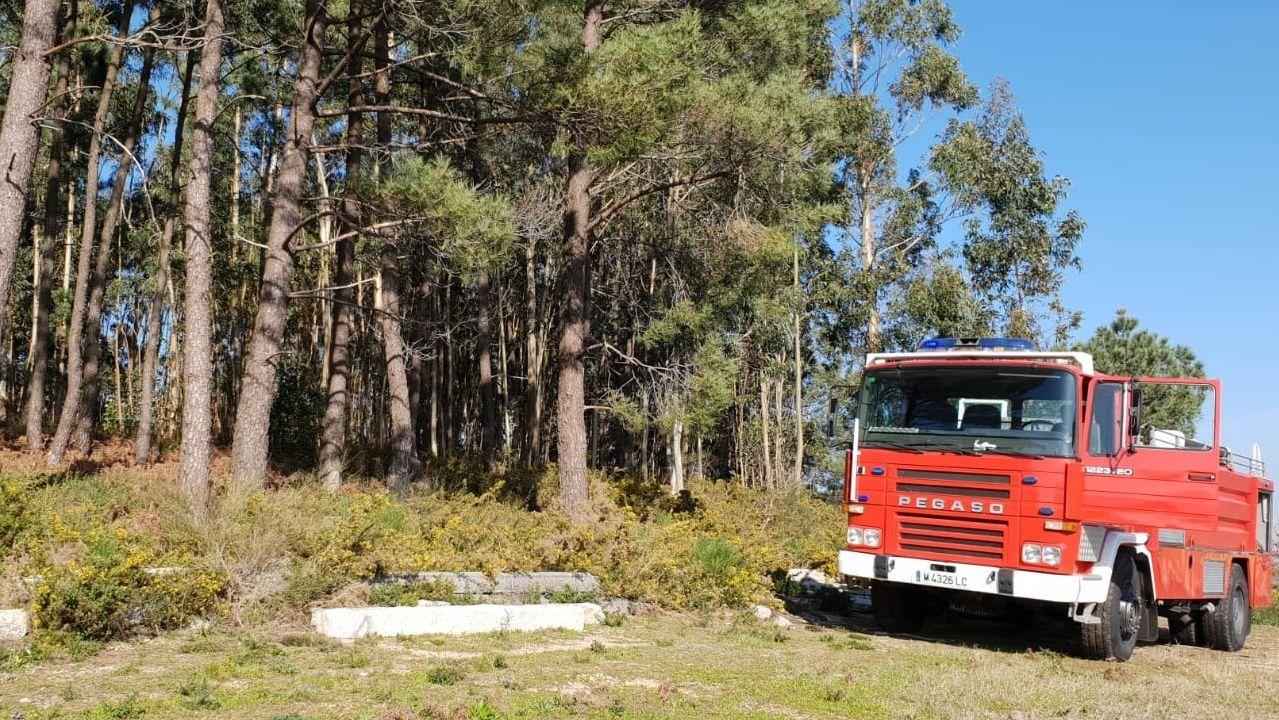 Incendio en Santullano de Allande, con uno de los coches de la consejería (Archivo)