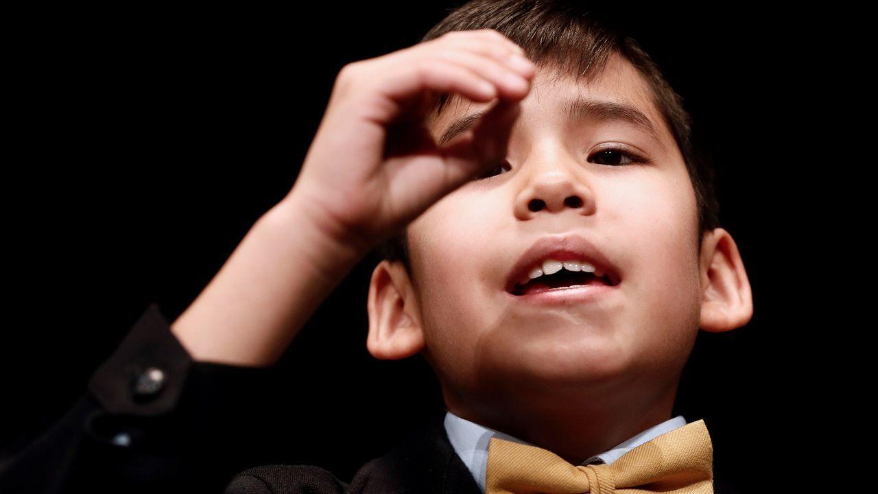 Alonso Dávalos, de la primera pareja de niños en canta, con la bola del segundo premio