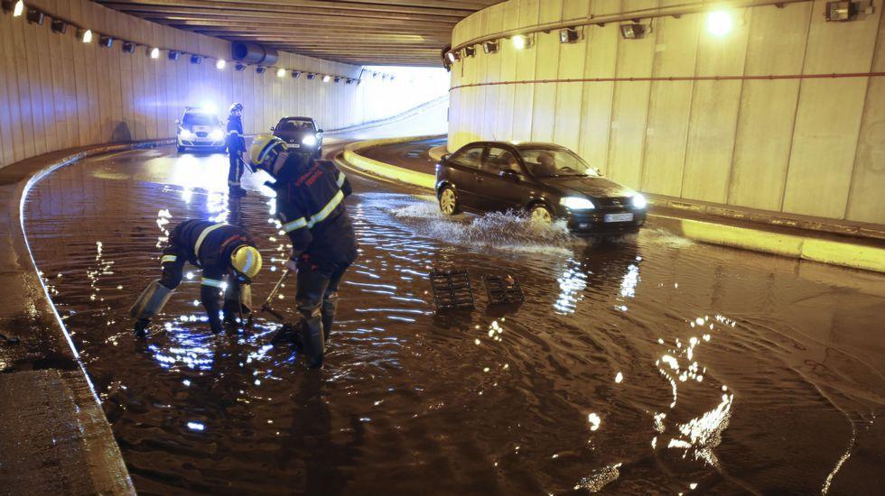Inundación en la plaza de España. Personal de bomberos tratando de poner freno a una inundación en el túnel de la plaza de España. En 2015 intervinieron en 43 anegamientos