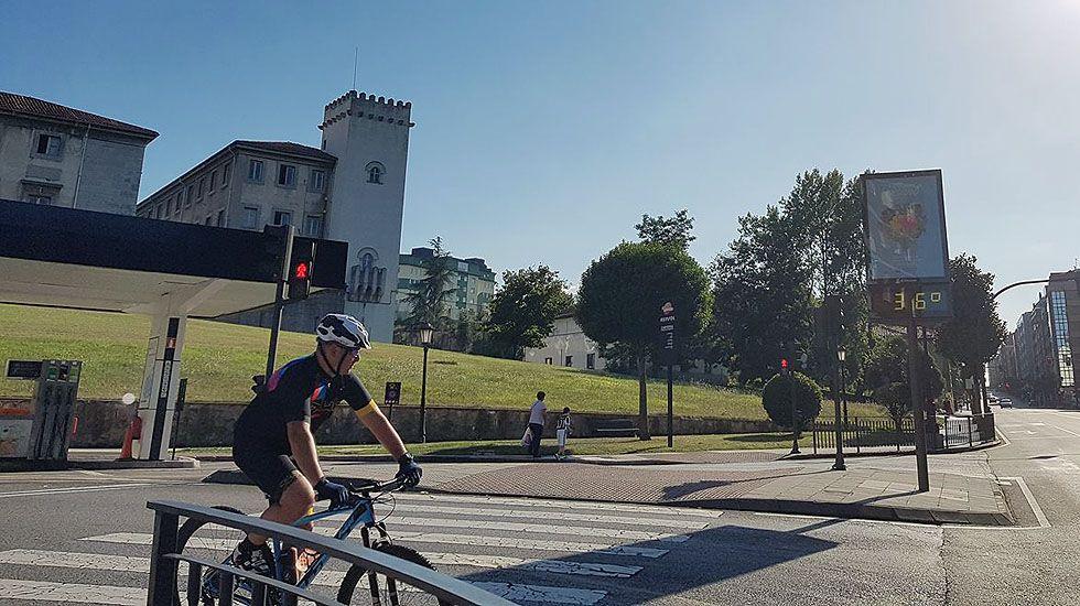 Un ciclista pasa por delante de un termómetro que marca 36 grados, en el centro de Oviedo.Un ciclista pasa por delante de un termómetro que marca 36 grados, en el centro de Oviedo