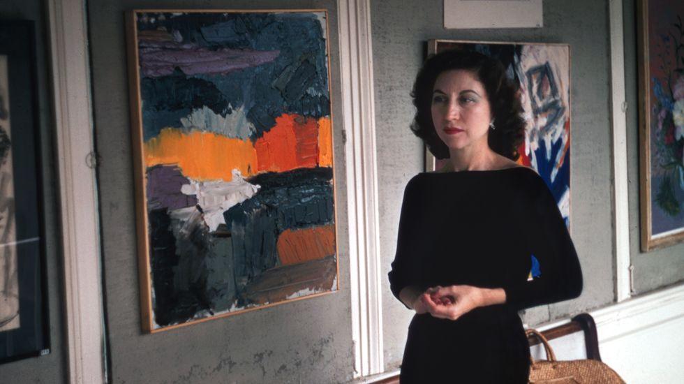 Nela Arias-Misson junto a una de sus obras