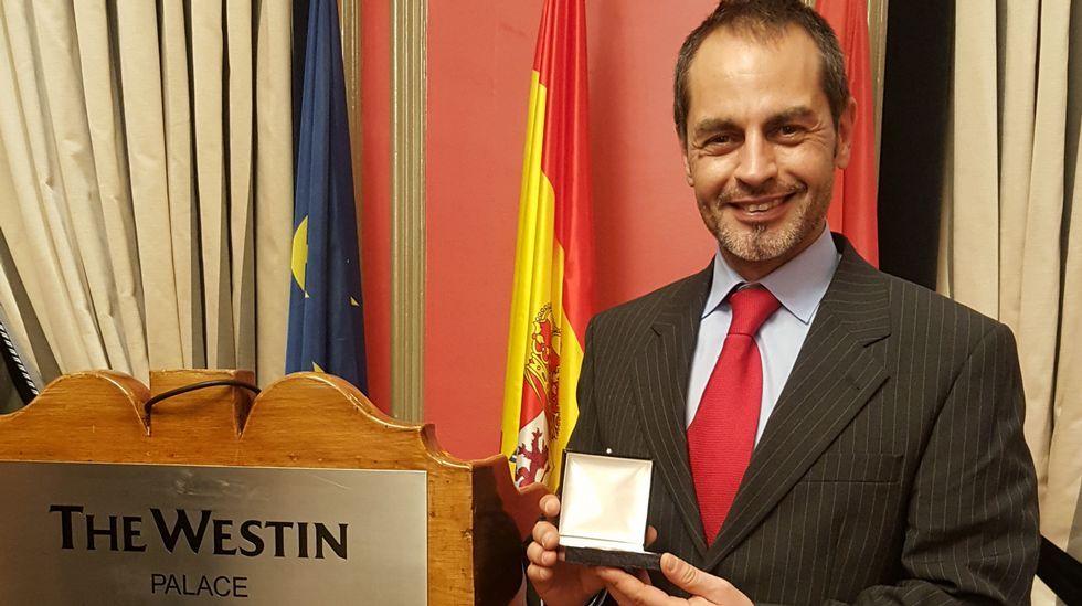 Nace Alberto, el hijo de Feijoo y Eva Cárdenas.Cartonajes VIR recibe el Premio Familia Empresaria