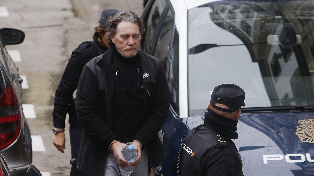 Los bólidos de la familia Miñanco.Rodrigo Londoño estrecha la mano de un exguerrillero de las Farc