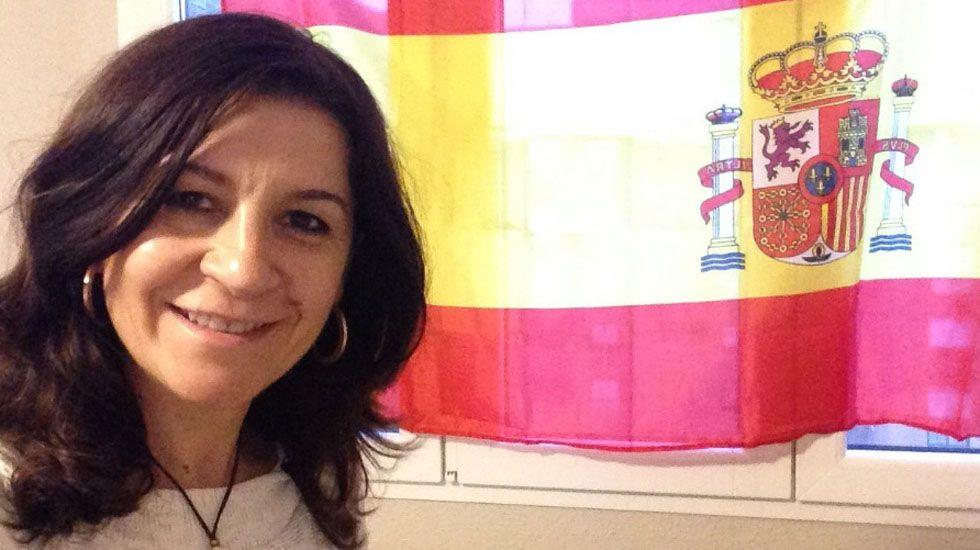 Mercedes Fernández conversa con las socias de Mujeres Siglo XXI en en Besullo (Cangas del Narcea).Carmen Maniega