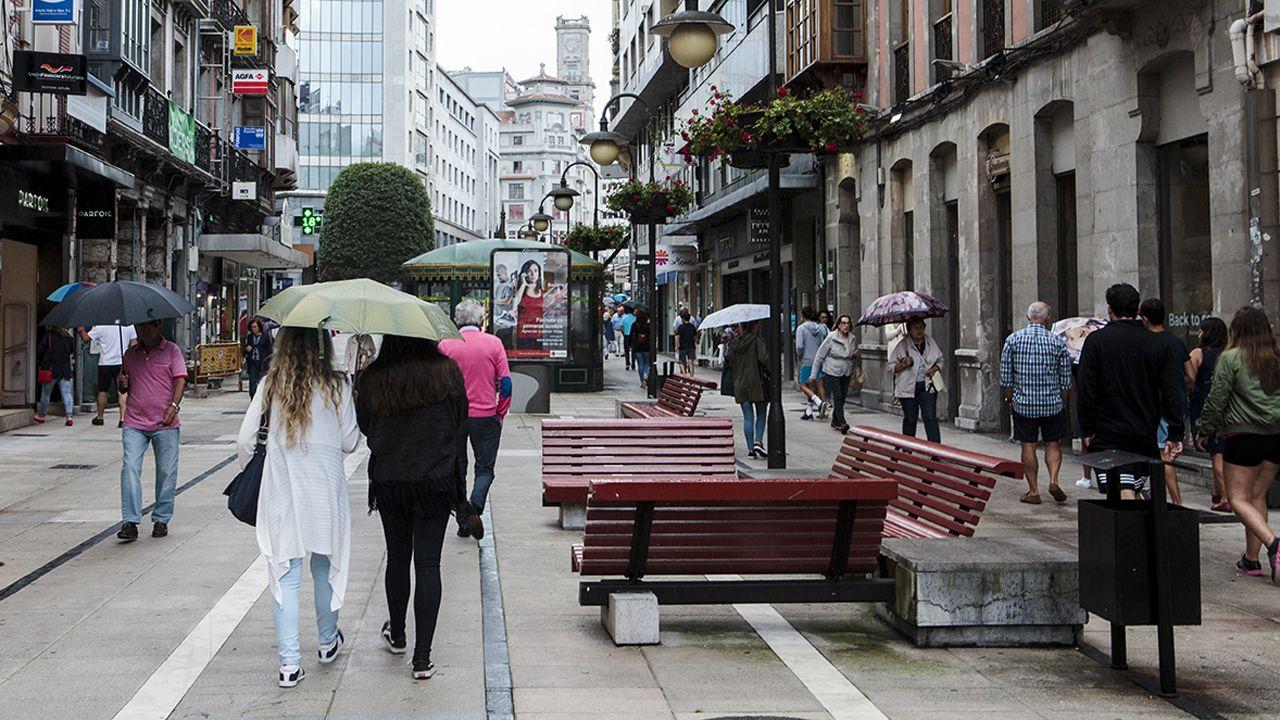 A los turistas sí le gusta el tiempo en Asturias.Pozo celebra un tanto ante el Mirandés