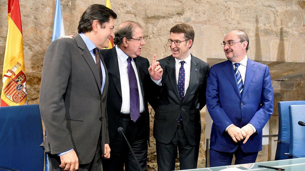 El jefe del Ejecutivo de Castilla y León, Juan Vicente Herrera (2i), acompañado por los presidentes de Galicia, Alberto Núñez Feijóo (2d), Asturias, Javier Fernández (i) y Aragón, Francisco Javier Lambán,