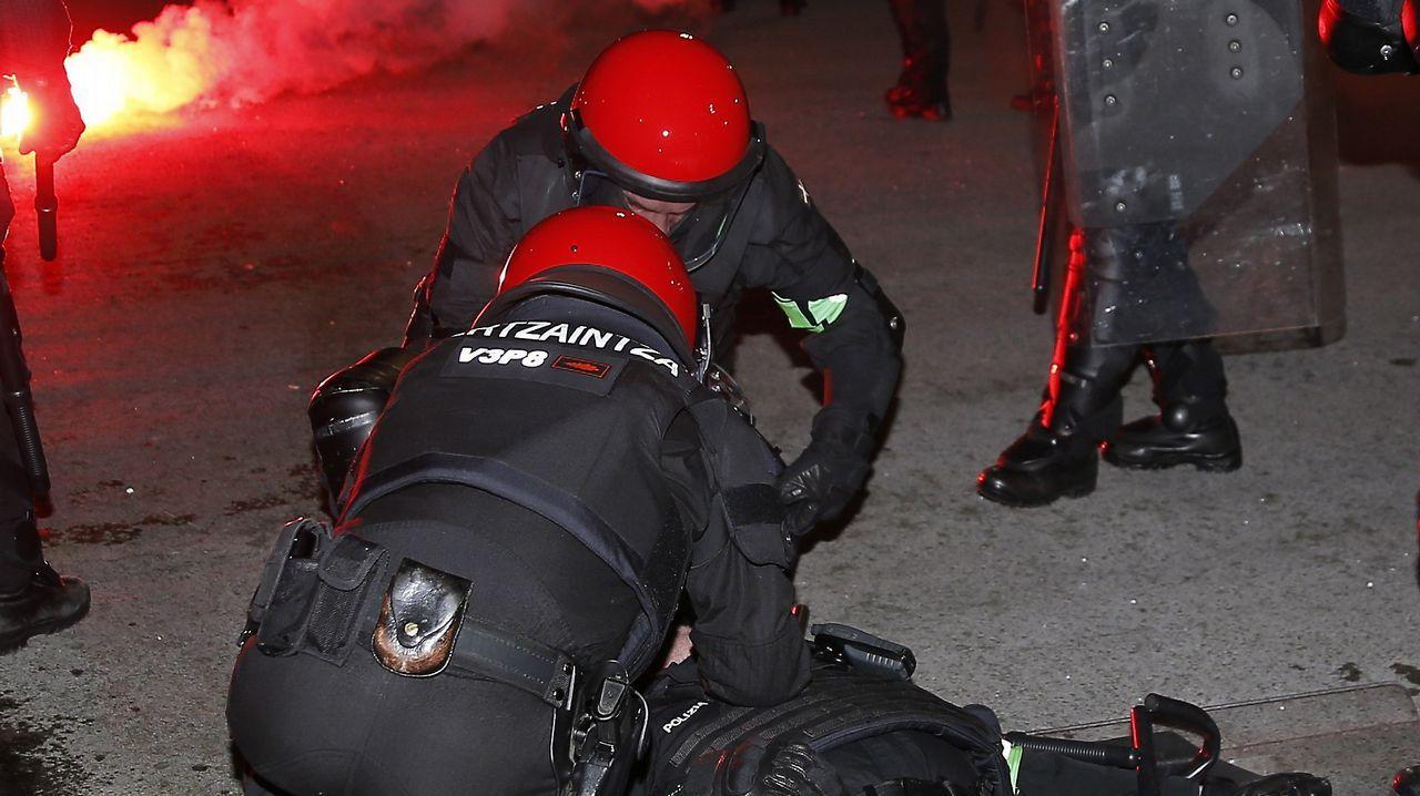 Violentos enfrentamientos entre aficiones en las inmediaciones de San Mamés.El 'Helimer' sobrevuela los acantilados de la costa Oeste de Gijón en la búsqueda de Lorena Torre