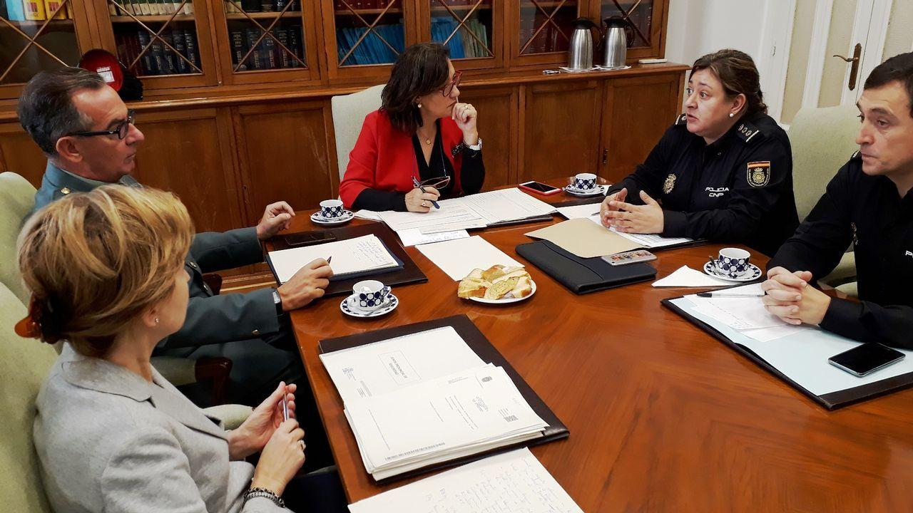 «El pequeño comercio da trabajo y enriquecimiento al pueblo».Rebajas adelantadas en una tienda de Oviedo