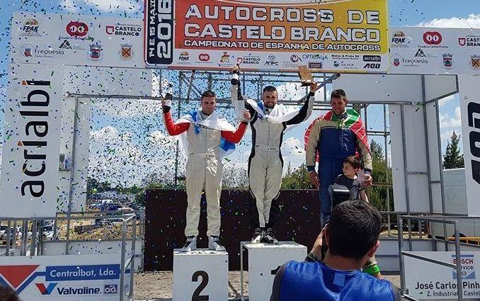 Esteban Serrano, segundo en el podio; Gabriel Serrano, primero, y Cristian Escudero, tercero.