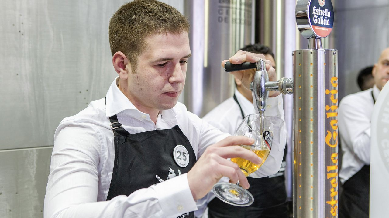 Óscar de Toro, mejor tirador de cerveza de Galicia.Factoría de la Central Lechera