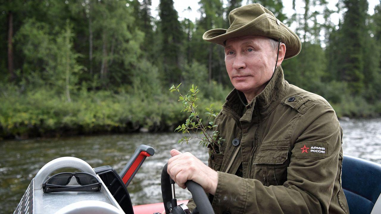 Putin junto al ministro de defensa Sergei Shoigu