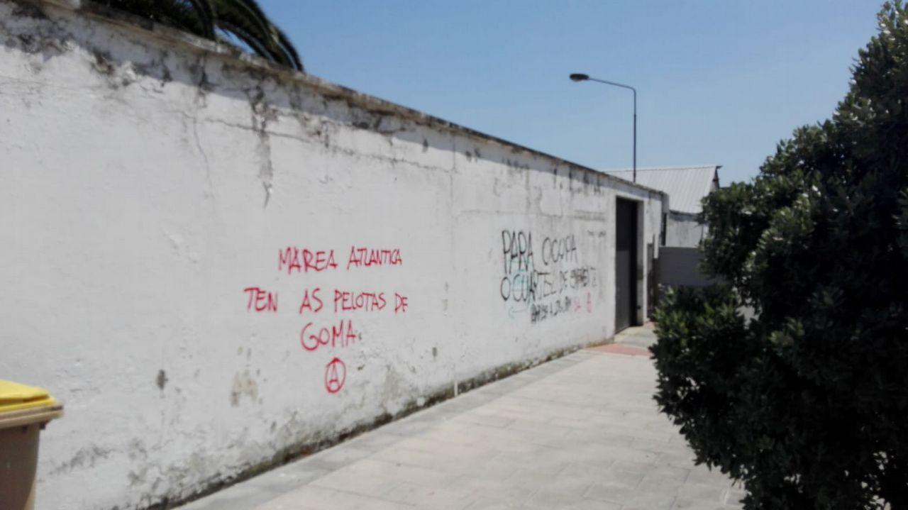 Las pintadas de los muros de la Comandancia aparecidas el fin de semana del diá 9 desaparecieron el 10.