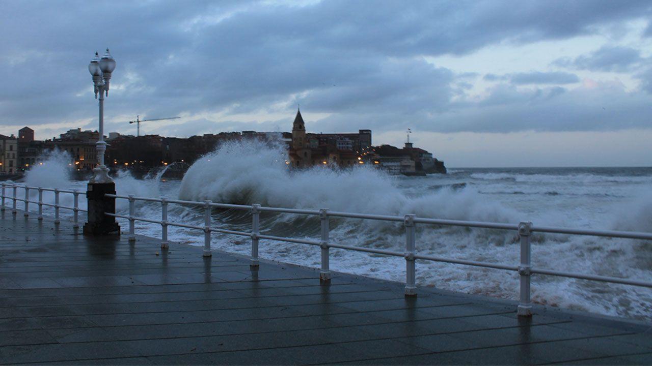 Oleaje en la playa de San Lorenzo, en Gijón