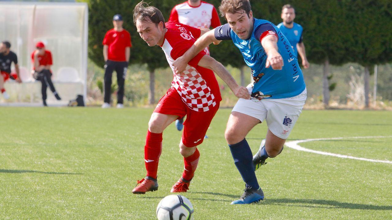 Folch y Bolaño disputan un balón en el Oviedo-Albacete
