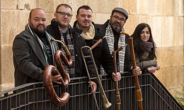 Santiago celebra el Domingo de Ramos.La formación alicantina Lucentum actuará esta noche en la iglesia de San Domingos de Bonaval.