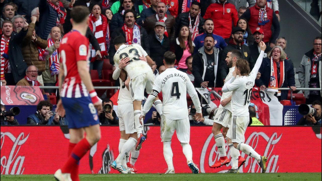 Quique González: «Si fallan Cristiano Ronaldo, Messi o Luis Suárez, cómo no vas a fallar tú».Jorge Mier celebra junto a la afición del Oviedo el triunfo ante el Cádiz