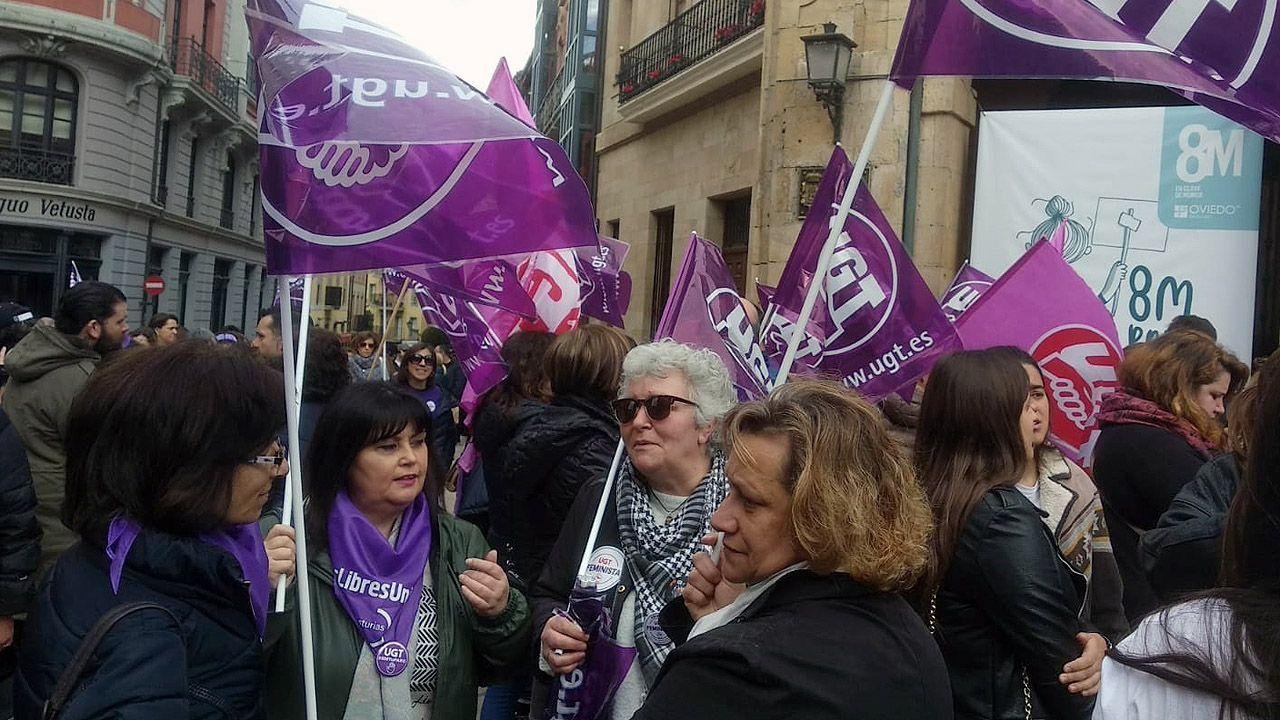 Multitudinaria concentración del 8-M, en la plaza del Ayuntamiento de Oviedo