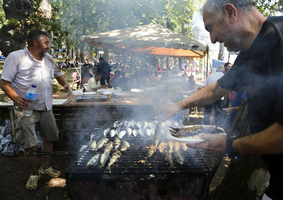 La comisión de fiestas preparów 1.200 kilos de sardina.