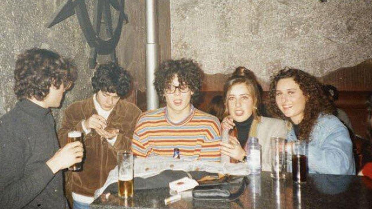 EL BATERÍA DE lOS ESKIZOS LUIS  JARRI  GARRIDO, EL PINTOR BRANDA Y EL DJ DEL ZYX MAX CON DOS AMIGAS EN LA BARRA DEL ZYX EN 1992