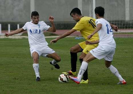 El delantero Adrián Armesto, a la derecha, está certificando una gran temporada.