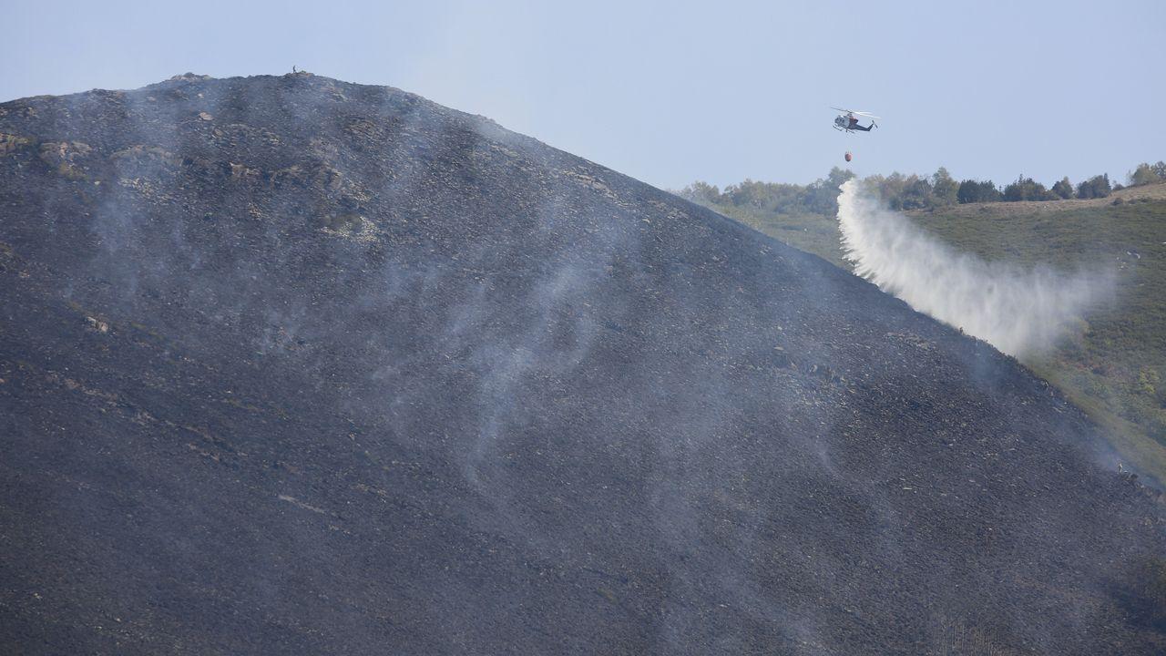 Un incendio forestal arrasa el pulmón de Os Ancares.En Ourense los escolares participaron en una actividad de concienciación contra la violencia machista