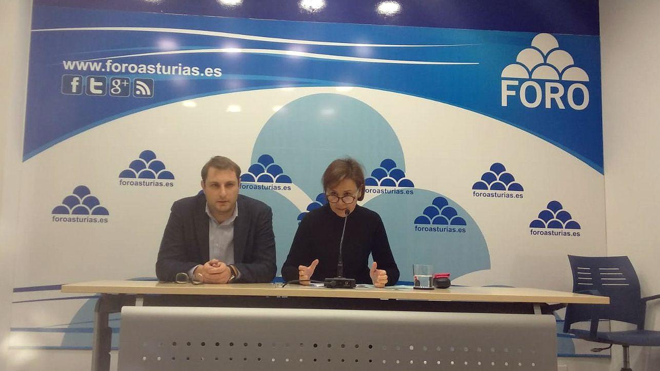 Manifestación por la unidad de España en Oviedo.Carmen Moriyón y Adrián Pumares en rueda de prensa de Foro Asturias