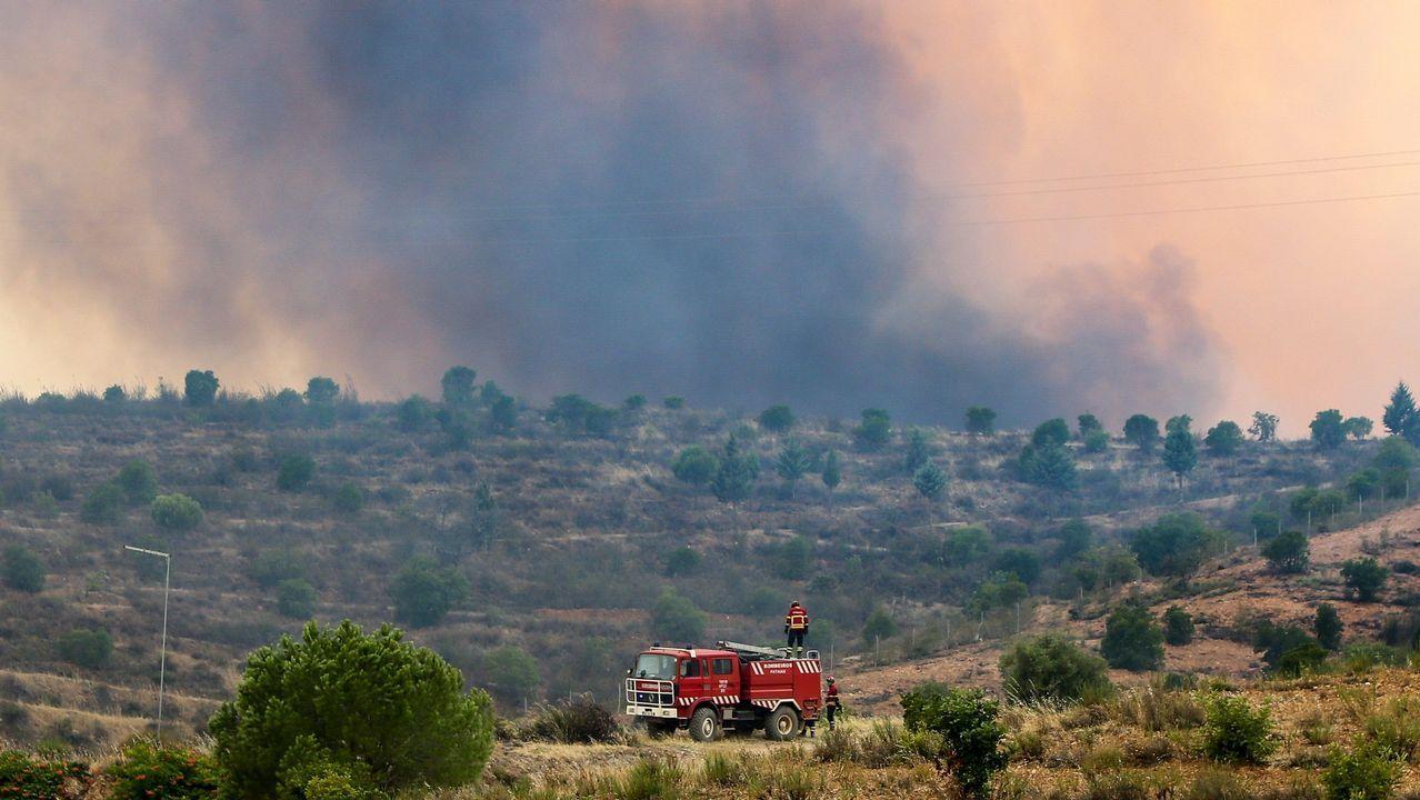 Una patrulla de bomberos asegura una zona durante las labores de extinción del incendio en Silves, cerca de Monchique