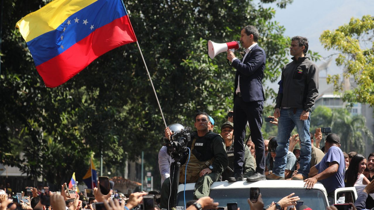 Los venezolanos secundan los llamamientos de Maduro y Guaidó.Guaidó y López, acompañados de miembros de la Guardia Nacional, pidieron en la plaza de Altamira a los venezolanos que salgan a las calles para deponer a Maduro