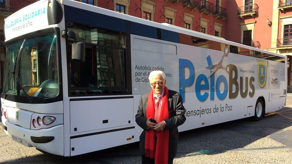 El Padre Ángel, junto al «Pelobús», en Gijón