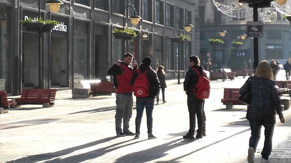 «Juan Sin Miedo», un asturiano contra el clima de Mongolia.Un grupo de captasocios en la calle Pelayo de Oviedo