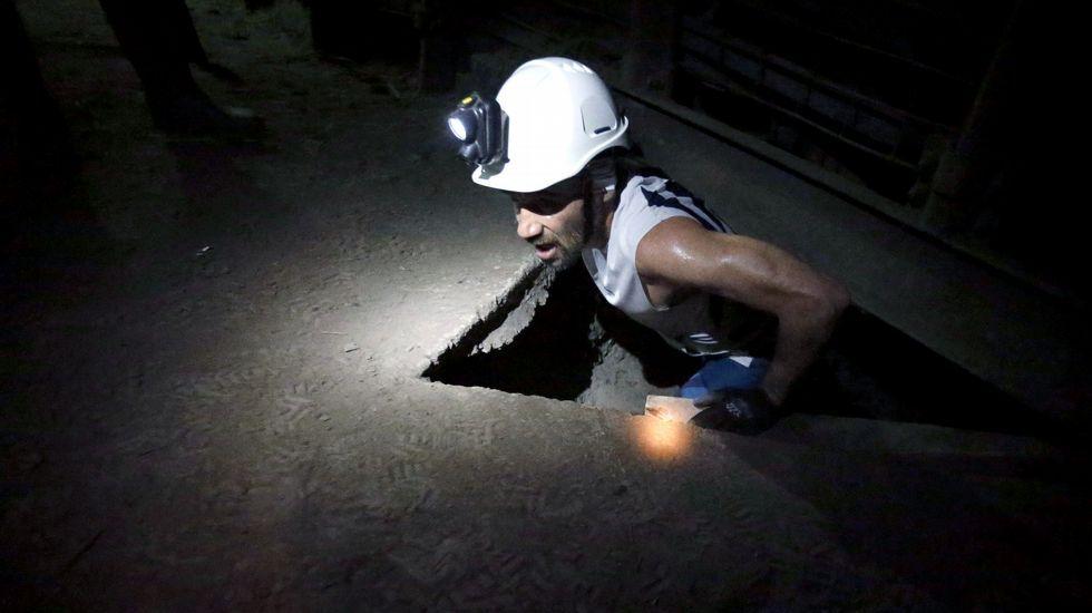 El atleta Luis Alberto Hernando, triple campeón del mundo de Trail, durante el recorrido que realizó hoy en la edición  zero  de la Xtreme Trail de El Pozo Sotón, de Hunosa, primera prueba de estas características que se disputa a 500 metros de profundidad en esta mina de hulla de San Martín del Rey Aurelio