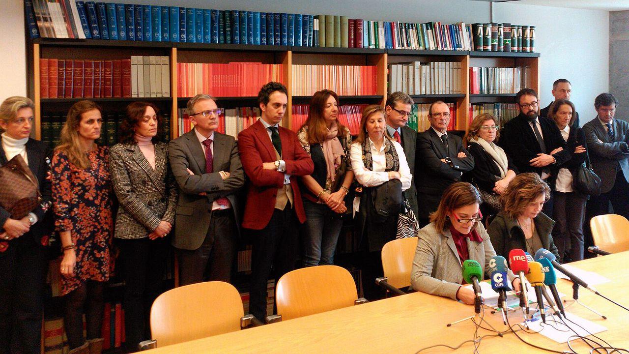 .La decana de los Juzgados de Oviedo, Pilar Martínez Ceyanes y la fiscal superior de Asturias, Esther Fernández, leen el manifiesto consensuado por jueces, magistrados y fiscales para exigir la independenciay la modernización de la justicia