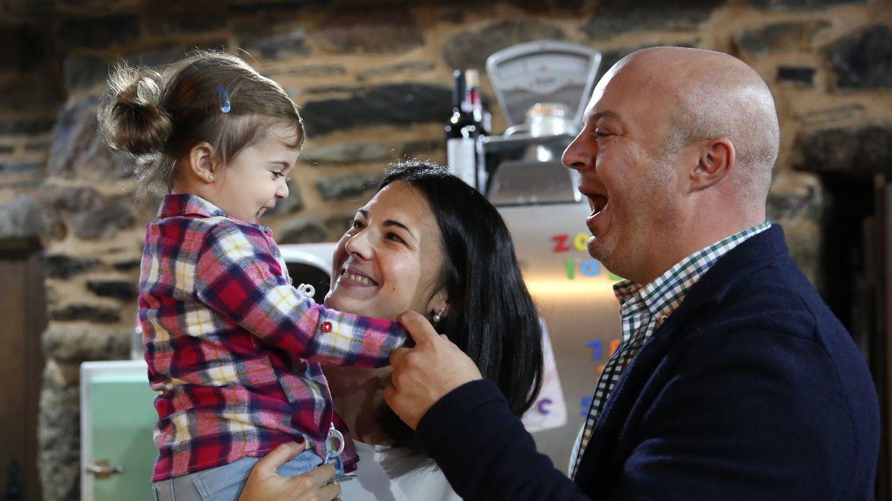 pobreza infantil, niños, malos tratos.El alcalde de A Gudiña, José María Lago, con su mujer y su hija de año y medio