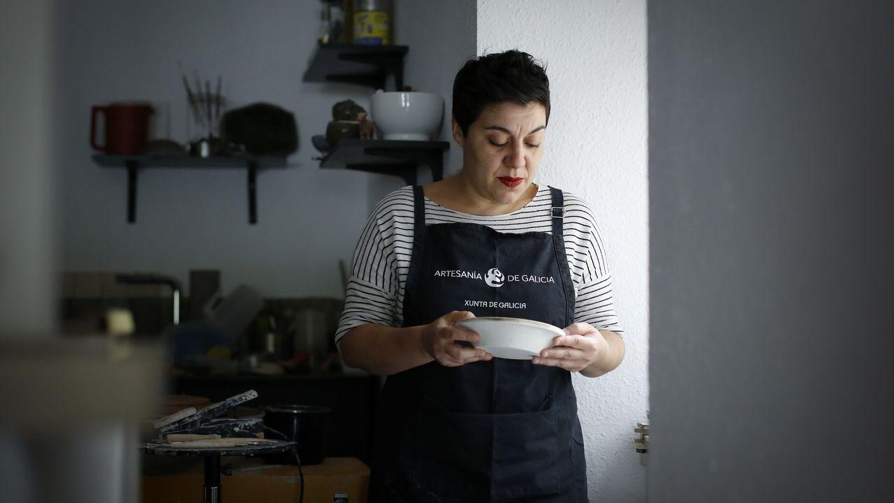 .Laura Delgado, en su taller de cerámica, en Cambre