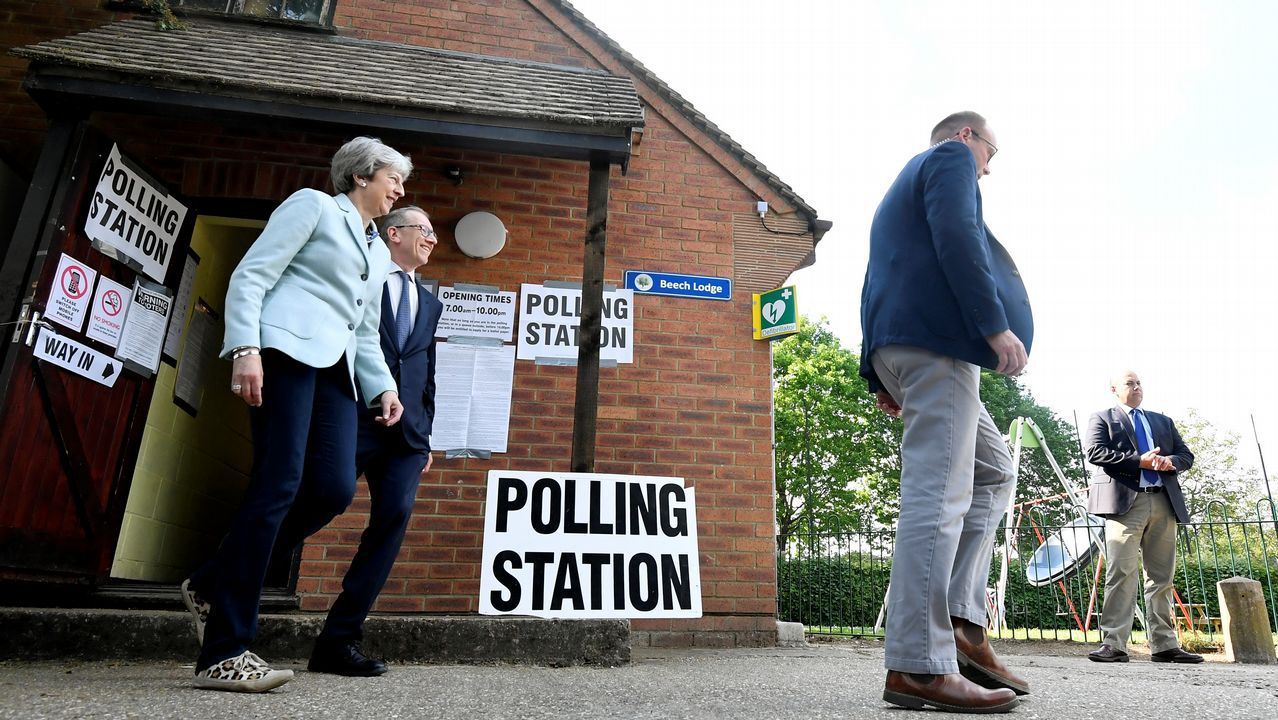 Theresa May acudió a votar en las elecciones europeas acompañada de su marido