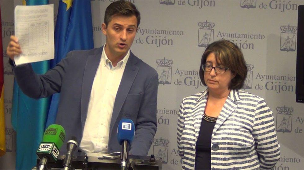 José María Pérez muestra una parte del expediente del PGO junto a Begoña Fernández