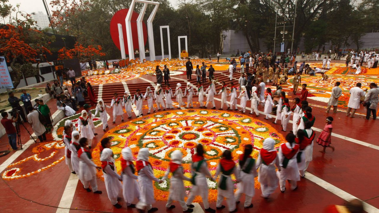 Identificarse co galego desde o berce.Celebraciones en el Shaheed Minar (monumento a los mártires) de Daca con motivo del Día Internacional de la Lengua Materna el 21 de febrero del pasado año